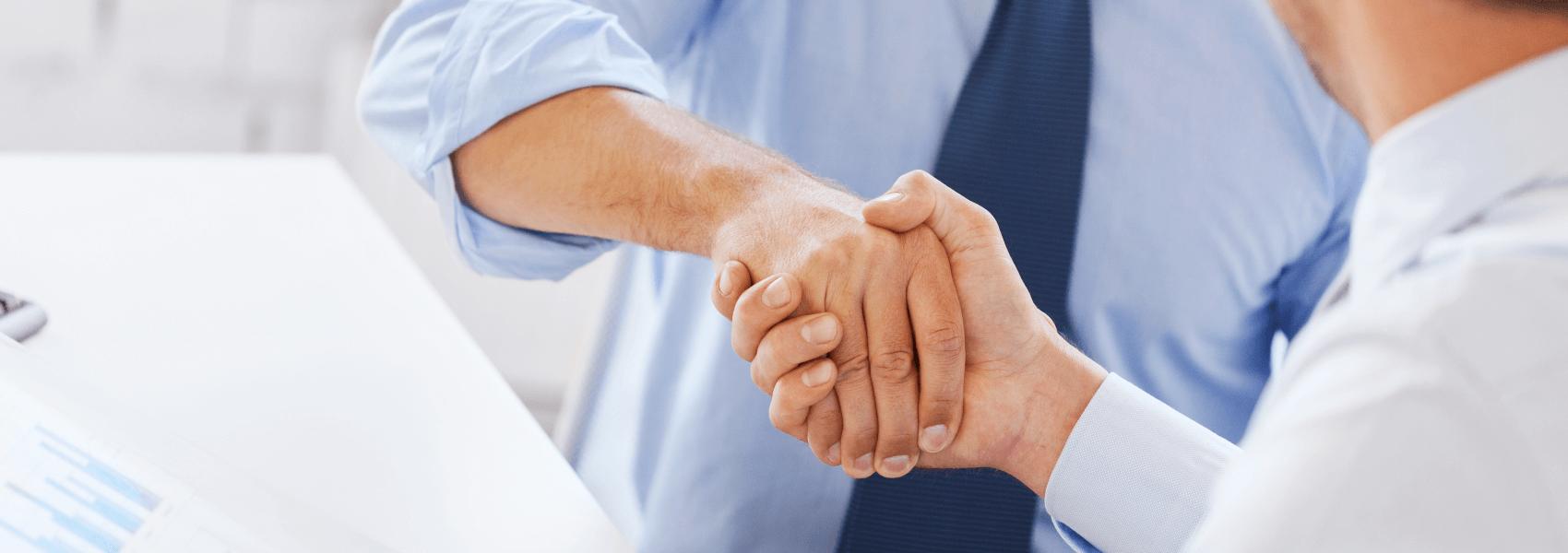 Podanie dłoni po podpisaniu umowy na stworzenie strony internetowej